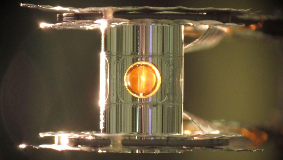 Brennstoff für die Kernfusion: Ein Laser verdichtet Wasserstoff in einem Pellet