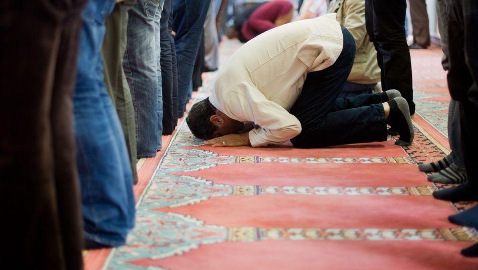 Betende Muslime in einer deutschen Moschee