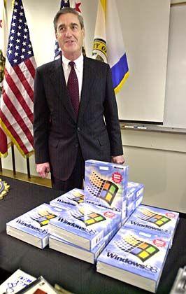 Sogar Behörden nutzten gefälschte Ware: FBI-Direktor Mueller mit beschlagnahmten Raubkopien