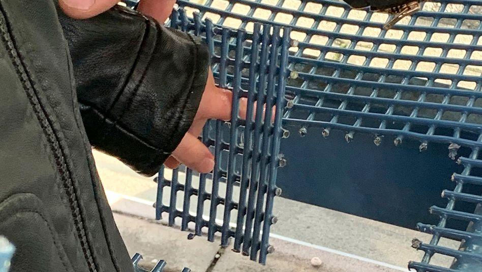 Feuerwehreinsatz in München: Mit einem Trennschleifer schnitten die Retter zunächst die Sitzfläche großflächig um die Finger aus