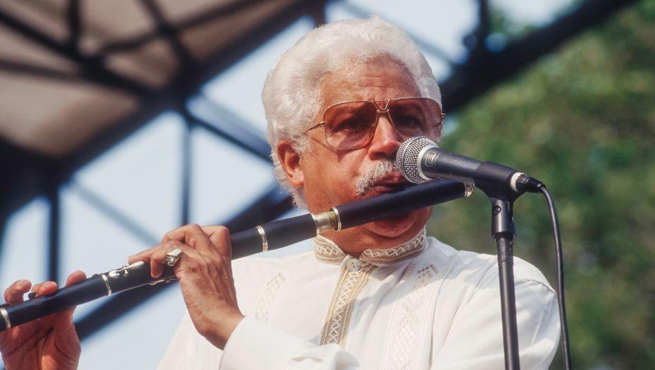 Johnny Pacheco 1996 bei einem Konzert in New York