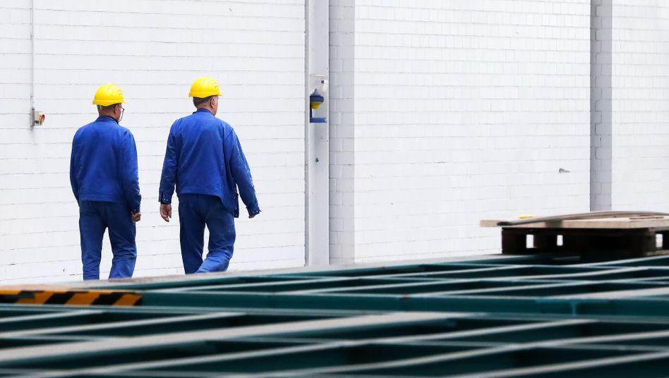 Arbeiter bei Blohm+Voss in Hamburg: Die Krise erfasst fast alle Wirtschaftsbereiche