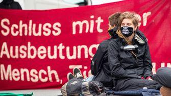 Aktivisten besetzen Tönnies-Schlachthof