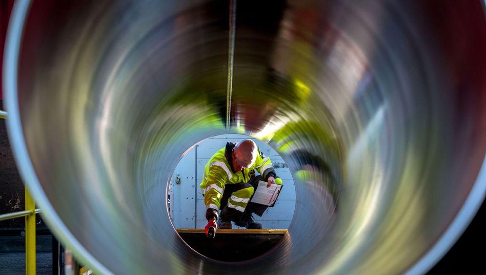 Ein Mitarbeiter prüft Rohre für die zukünftige Ostsee-Erdgastrasse Nord Stream 2