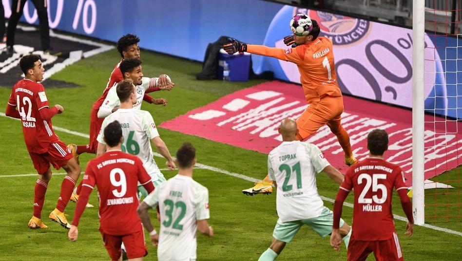 Vor Bayerns Ausgleich hatte Bremens Torwart Pavlenka kurz die Übersicht verloren