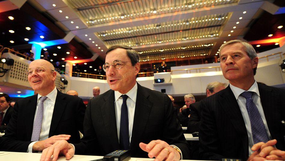 """EZB-Präsident Draghi (Mitte): """"Es sind die Rentner, die darunter leiden"""""""