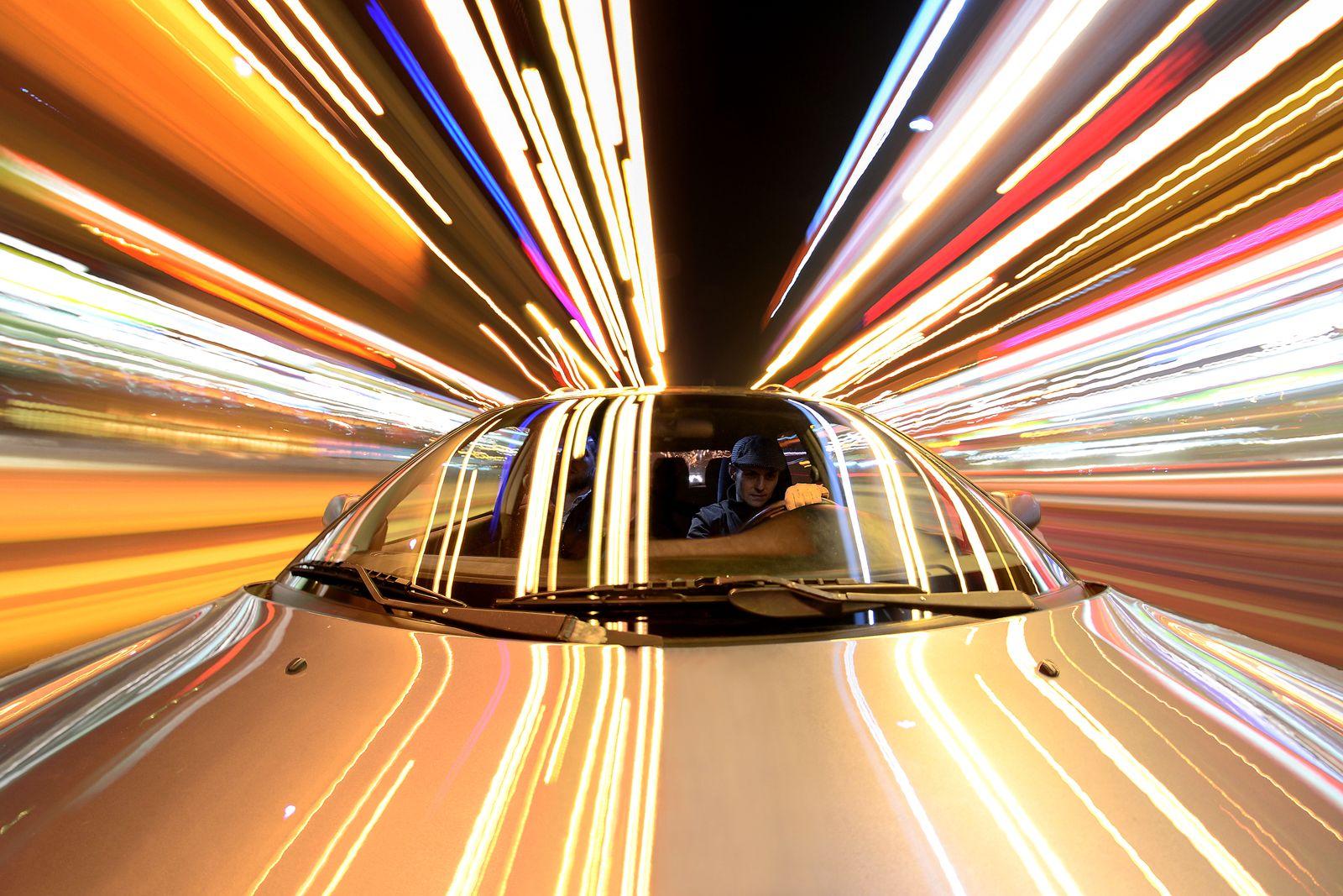 EINMALIGE VERWENDUNG Mann/ Auto/ Geschwindigkeit SYMBOLFOTO