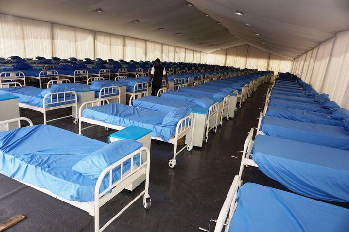 Schon früh wurden in Nigeria Covid-19-Isolations- und Behandlungszentren aufgebaut, wie hier in Kano am 7. April 2020. Im Mai klagten die ersten Krankenhäuser über Überlastung
