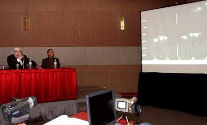 """Ufo-Forscher Maussan (links) bei der Video-Präsentation: """"Historische Nachricht"""""""
