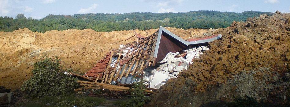 Zerstörtes Haus im Braunkohleabbaugebiet Kolubara