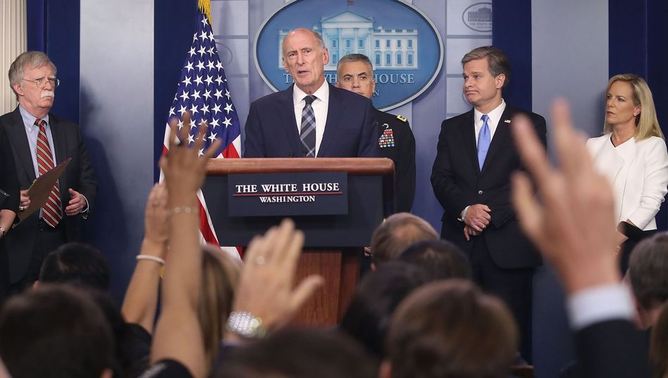 US- Geheimdienstkoordinator Dan Coats (Mitte) mit weiteren Regierungsvertretern