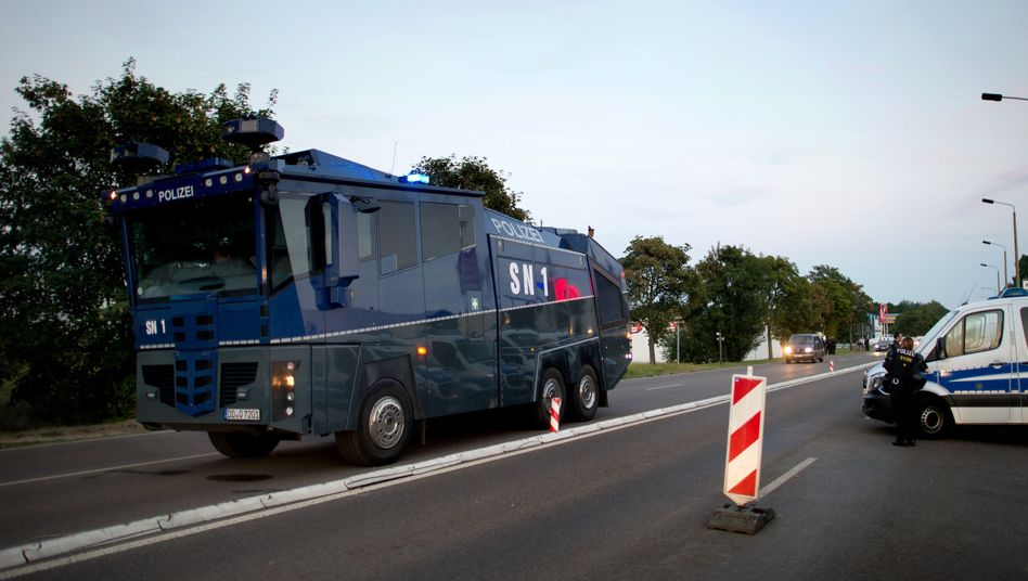 Wasserwerfer vor Flüchtlingsunterkunft in Heidenau: Bannmeile nicht nötig?