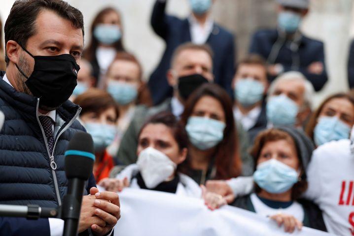 Zum Protest der Familien in Rom gesellte sich kürzlich auch Ex-Innenminister Matteo Salvini von der rechtspopulistischen Lega