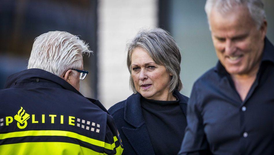 Berthie Verstappen, die Mutter von Nicky, und Peter R. de Vries, Journalist und Berater der Familie, auf dem Weg ins Gericht