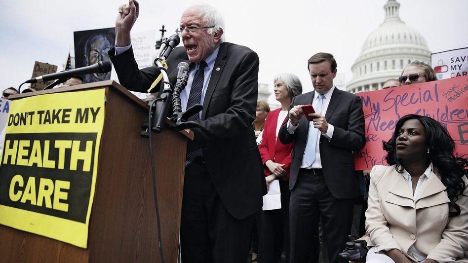US-Senator Sanders vor dem Kapitol in Washington bei einer Kundgebung gegen Trumps Gesundheitsreform: »Ein einzigartiger Moment«