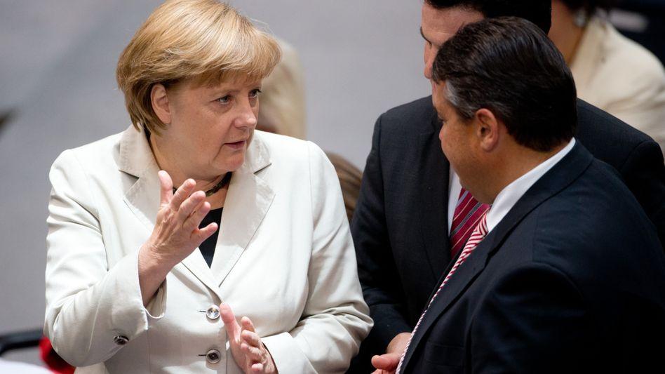 """Bundeskanzlerin Merkel mit SPD-Chef Gabriel: """"Hinterfragen, was die Bundesregierung wusste"""""""