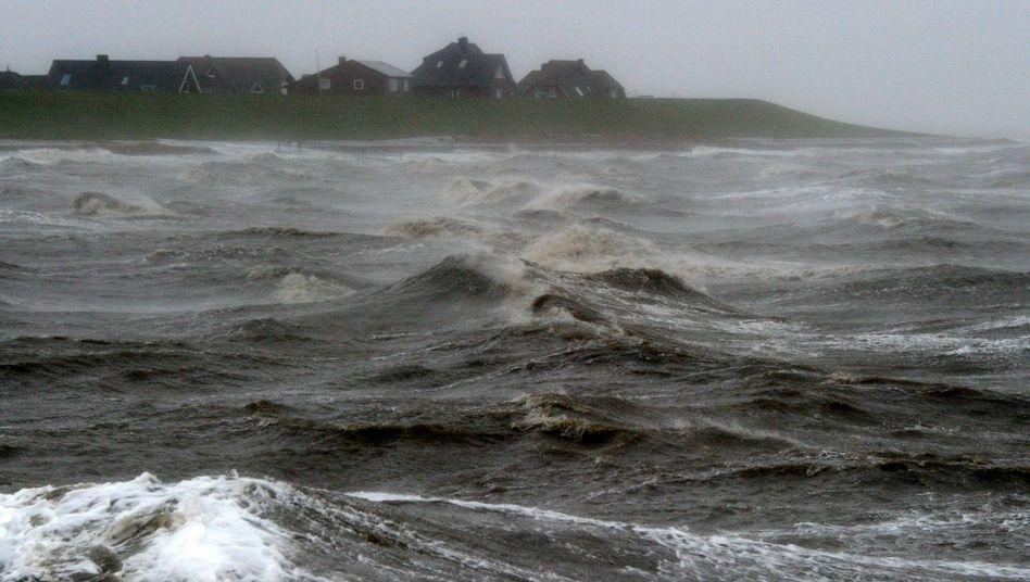 Wellen schlagen in Dagebüll (Schleswig-Holstein) an der Nordsee an den Deich (Archivbild)