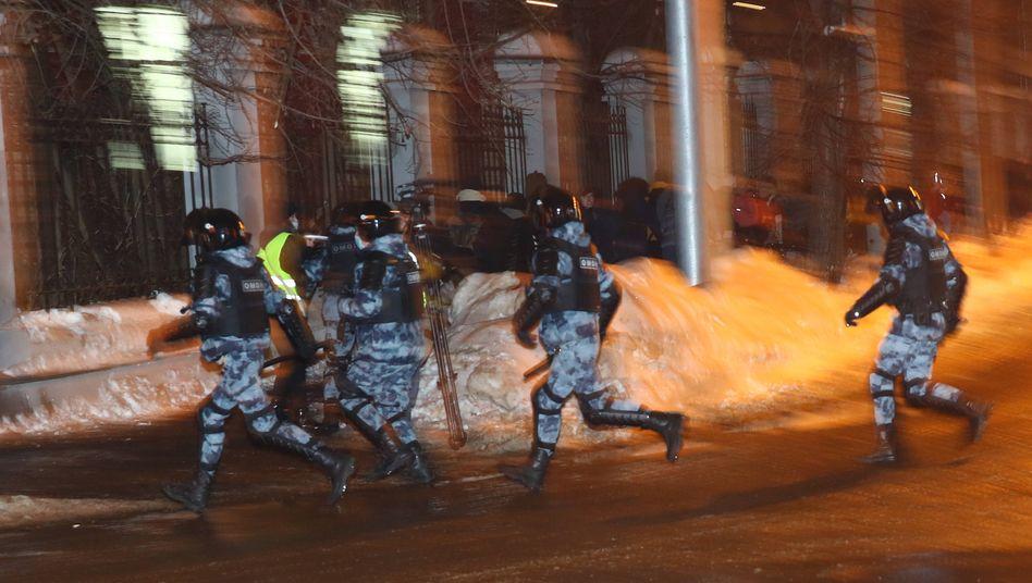 Polizisten im Einsatz nahe dem Moskauer Gefängnis, in dem der Oppositionelle Alexej Nawalny festgehalten wird