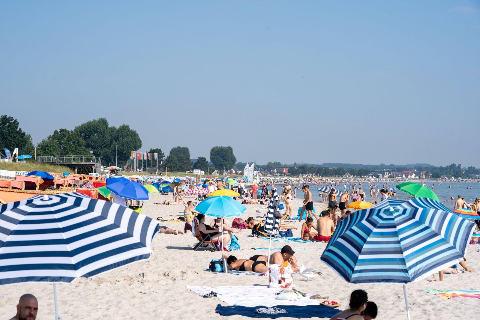 Ostsee-Strand in Scharbeutz und Haffkrug an der Lübecker Bucht Badegäste -;Ostsee-Strand in Scharbeutz und Haffkrug an