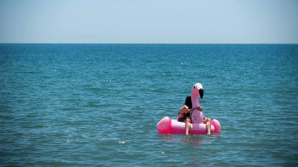 Badegäste vor der Küste von Malaga, Spanien