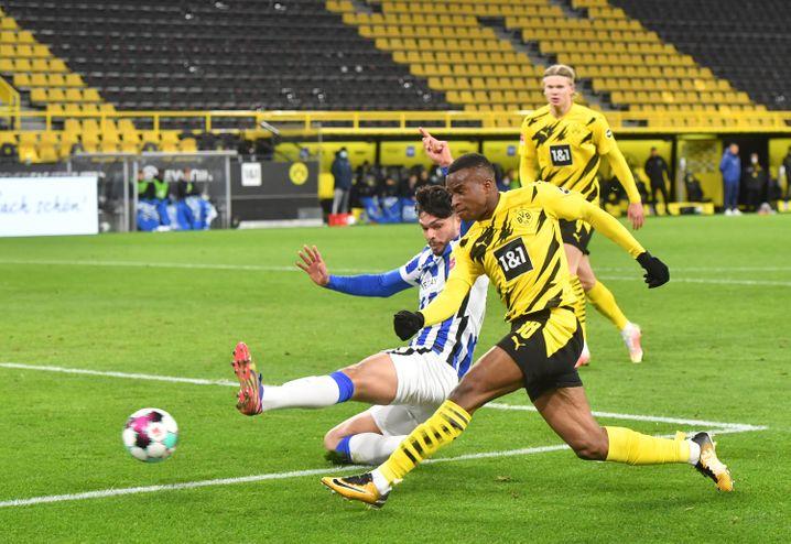 Dortmunds Toptalent Youssoufa Moukoko (hier vor seinem 2:0 gegen Hertha BSC) wurde erstmals für den U21-Kader nominiert