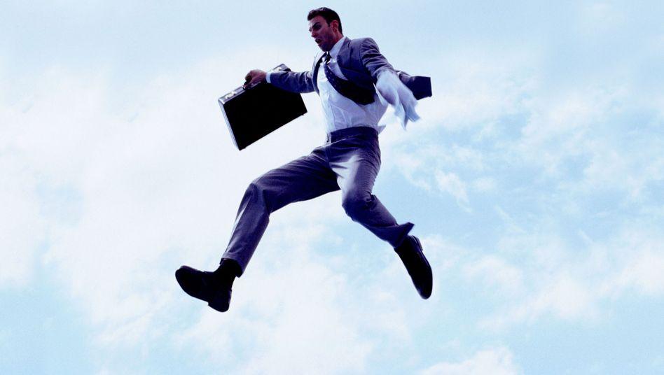 Geschäftsmann im Anflug: Freier Fall oder großer Sprung?