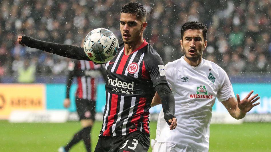 Bremens Nuri Sahin (r.) im Duell mit Frankfurts André Silva