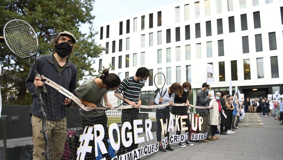 Die Demonstranten im November 2018 vor der Bankfiliale (Archivbild)