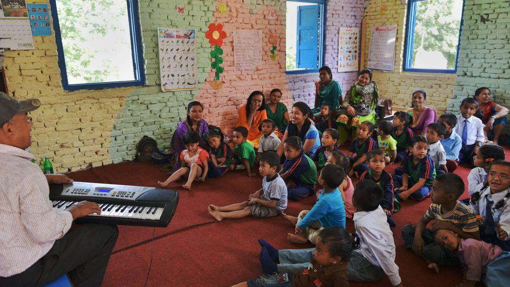 Schulbeginn in Nepal: Zwischen Trümmern