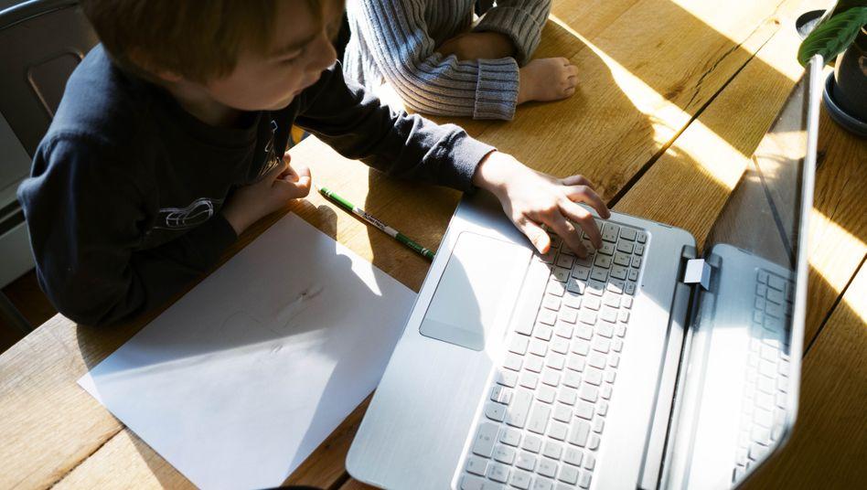 Kinder vorm Bildschirm: Betreuer statt Trickserie