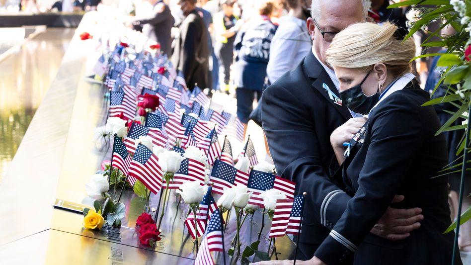 »Du fehlst uns jeden Tag«: Trauernde Airline-Angestellte am 9/11 Memorial