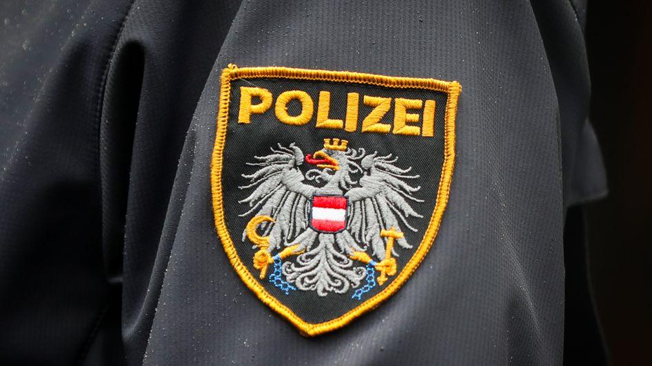 Abzeichen am Arm eines österreichischen Polizisten: Ein Video von Beamten, die offenbar brutal bei einem Einsatz vorgehen, sorgt in Österreich für Entsetzen.