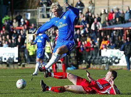 Lahme Millionäre: Nur selten konnten sich die Chelsea-Spieler so durchsetzen wie in dieser Szene Eidur Gudjonsson (l.) gegen Scarboroughs Ashley Lyth