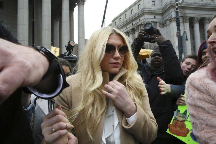 Pop-Star Kesha nach Gerichtstermin in New York: Kreatives Gefängnis