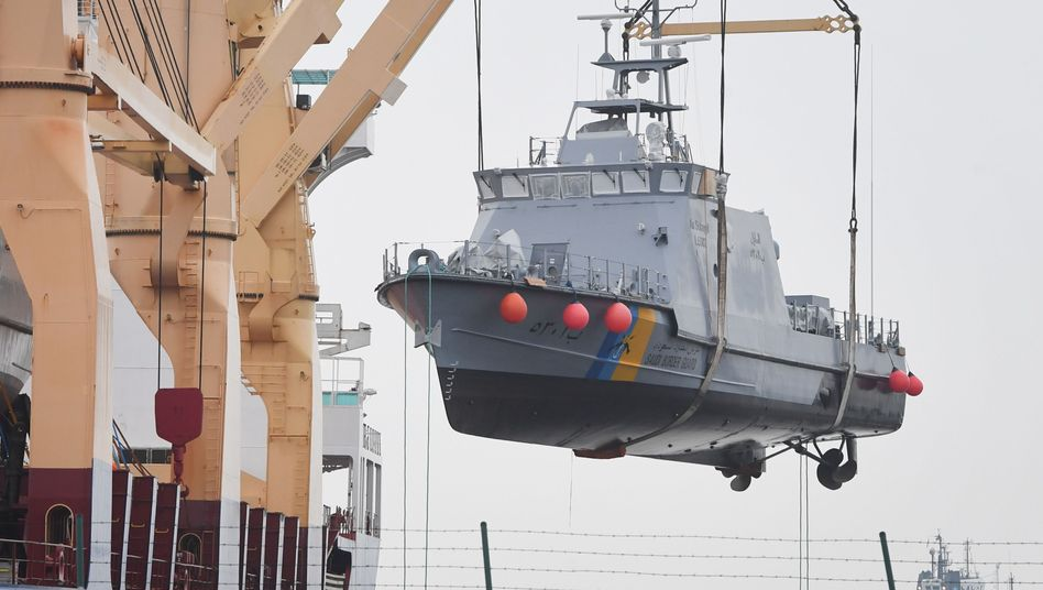 Küstenschutzboot bei Verladung im Hafen von Mukran bei Sassnitz