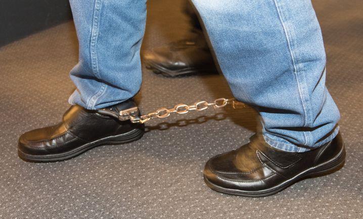 Fußfesseln des Angeklagten Hussein K.