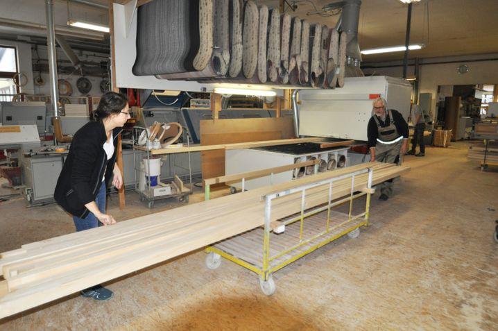 Daria Reinbold mit Vater Albrecht in der Werkstatt
