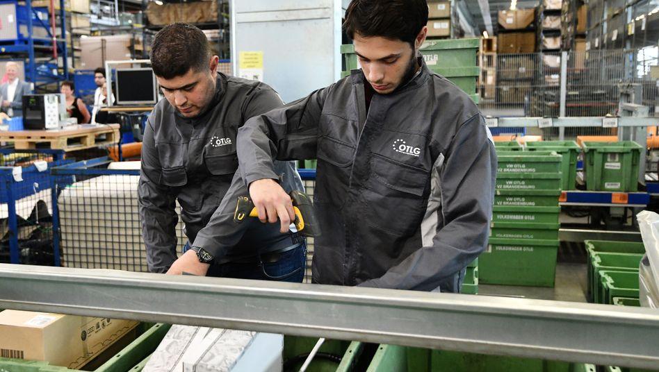 Zwei junge Syrer erfassen eingehende Ware (Archiv)
