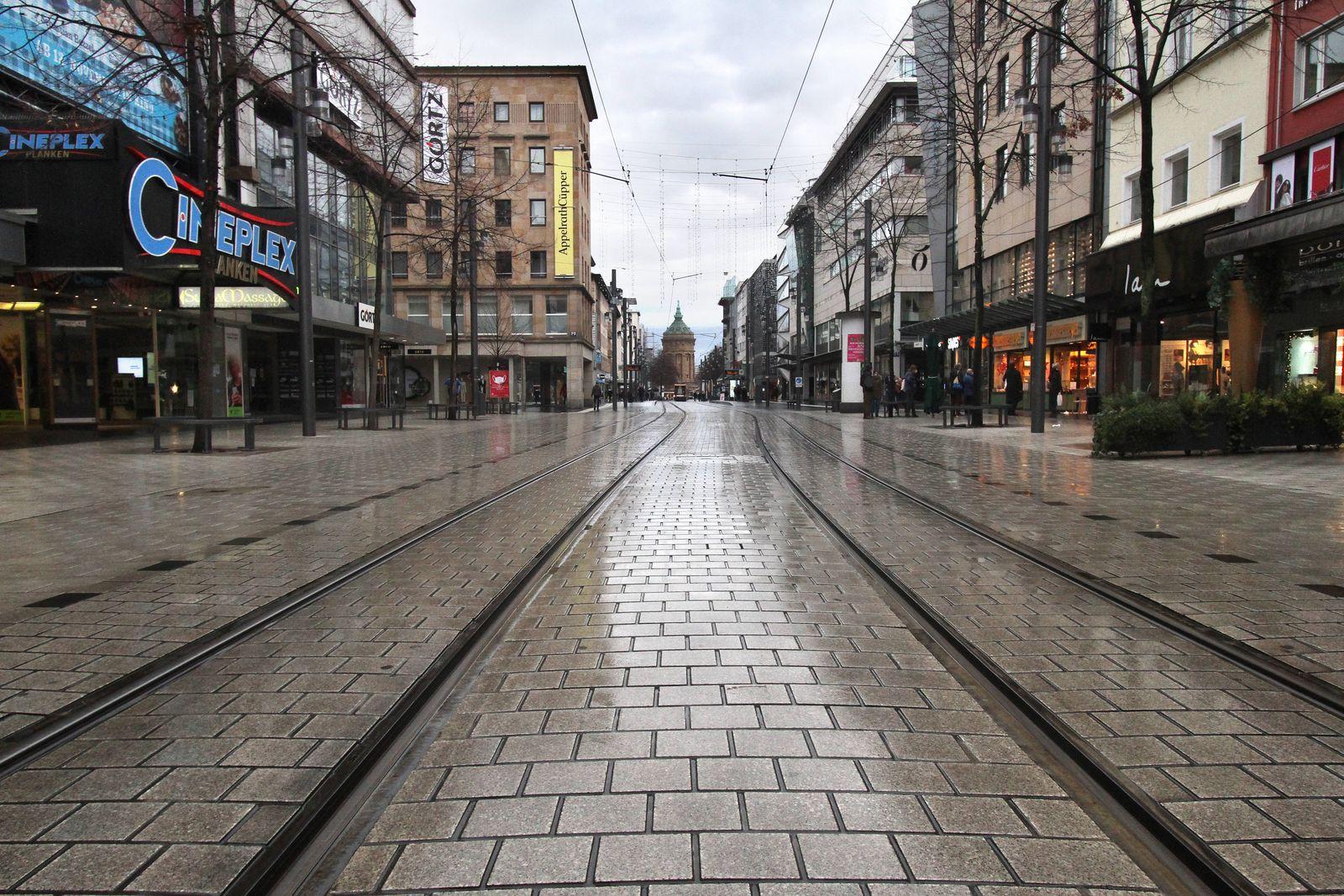 Die Einkaufsstraße und Fußgängerzone Planken in der Innenstadt von Mannheim ist trotz geschlossener Geschäfte und Kaufhä