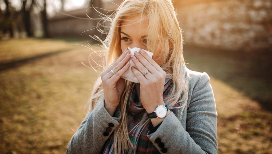 Eine laufende Nase und juckende Augen sprechen eher für eine Pollenallergie als für Covid-19