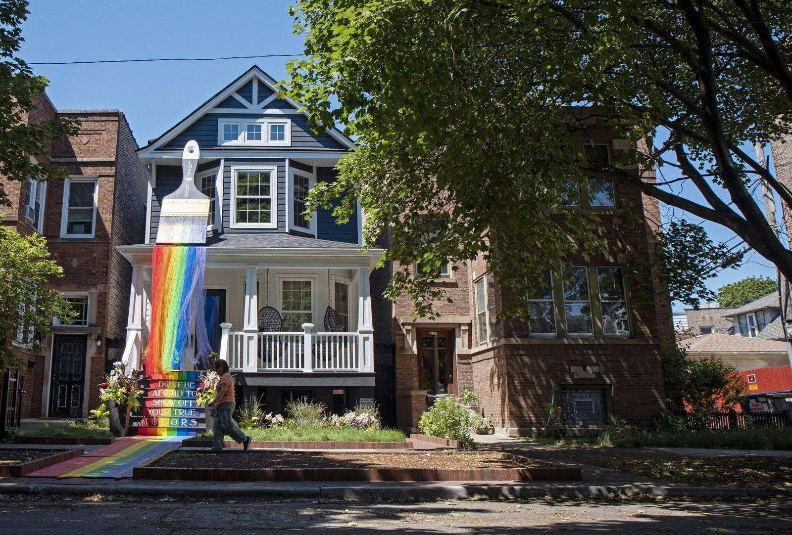 June 15, 2021: Una persona camina frente una exhibicio³n del mes del Orgullo en la casa de Nicholas Vo¡zquez y su comp