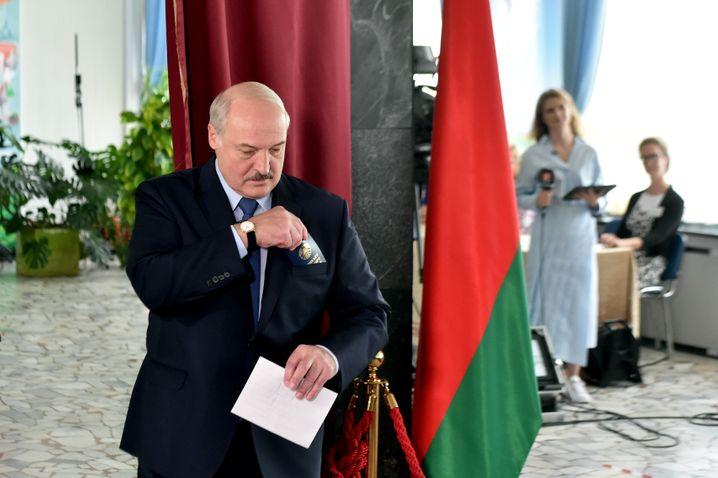 Alexander Lukaschenko im Wahllokal in Minsk