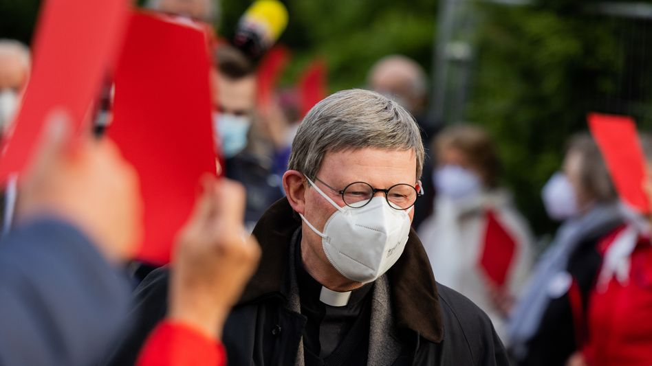 Katholiken in Düsseldorf zeigen Woelki die Rote Karte