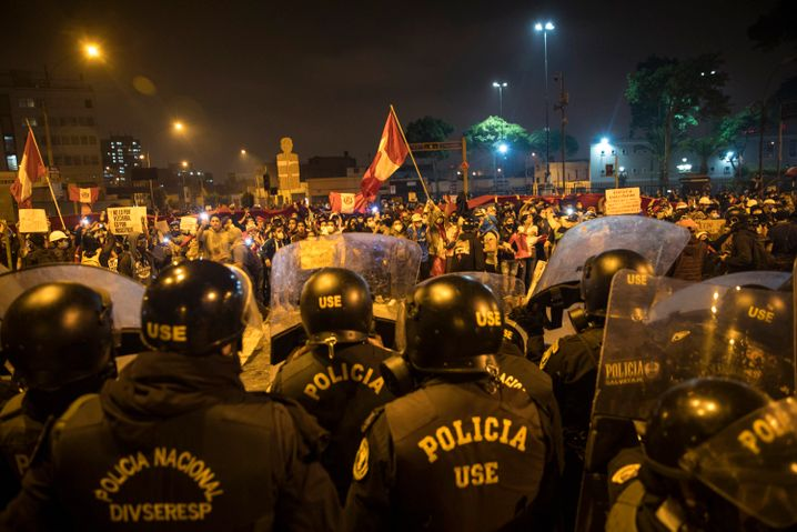 Aufgebrachte Peruaner protestieren gegen die Amtsenthebung von Präsident Vizcarra in Lima: Die politische Klasse kämpft um ihre Privilegien