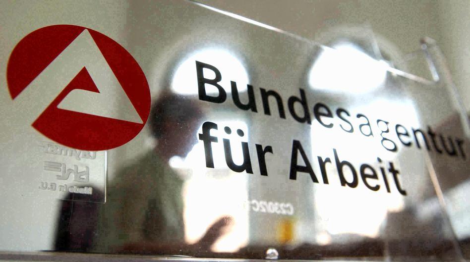 Logo der BA: Noch mehr als eine Million Menschen in Kurzarbeit