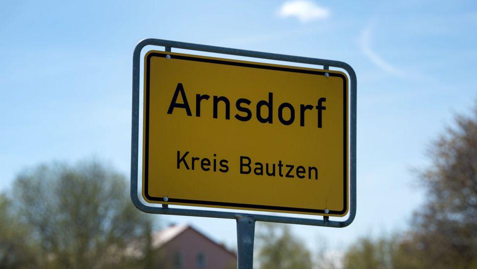 Ortseingangsschild von Arnsdorf (Sachsen): AfD-Antrag zur Abwahl zuvorgekommen