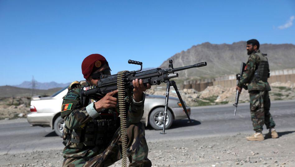 Afghanische Sicherheitskräfte an einem Checkpoint vor Kabul (im April)