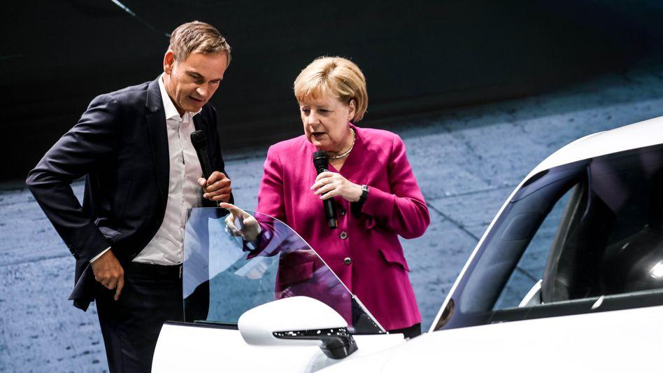 """Porsche-Chef Oliver Blume mit Kanzlerin Angela Merkel: """"Wir machen's exklusiv"""""""