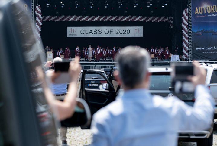 Abschluss im Autokino: Vermutlich sei es die erste Drive-in-Graduation in Deutschland, teilte die Schule in Hannover mit