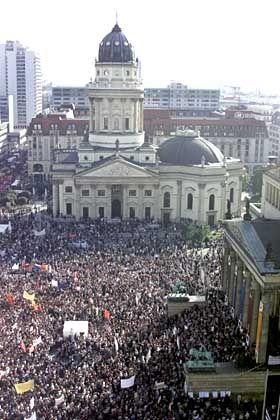 Nicht nur für Friedens-Demonstranten ein beliebter Treffpunkt: Der Gendarmenmarkt mit seinen zwei Domen